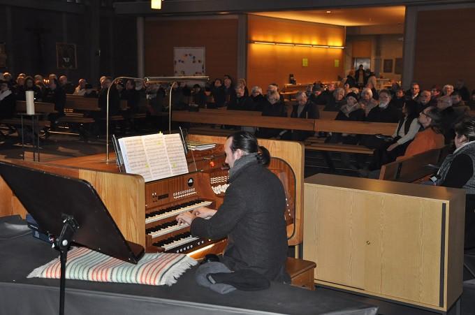 Herr Grünert an der Steinmeyer-Orgel
