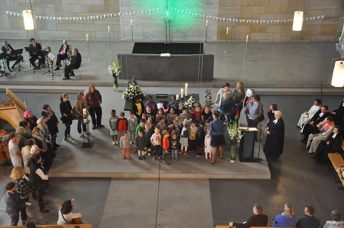 Kindergarten und Hort  verabschiedet sich mit  Gesang und Geschenken