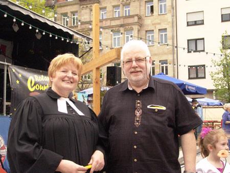 """Pfarrerin Brecht mit dem Vorsitzenden von """"Südstadt aktiv"""" Fritz Endreß"""